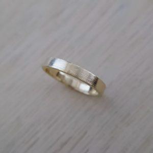 ヘアライン仕上げの平打ち結婚指輪ゴールド
