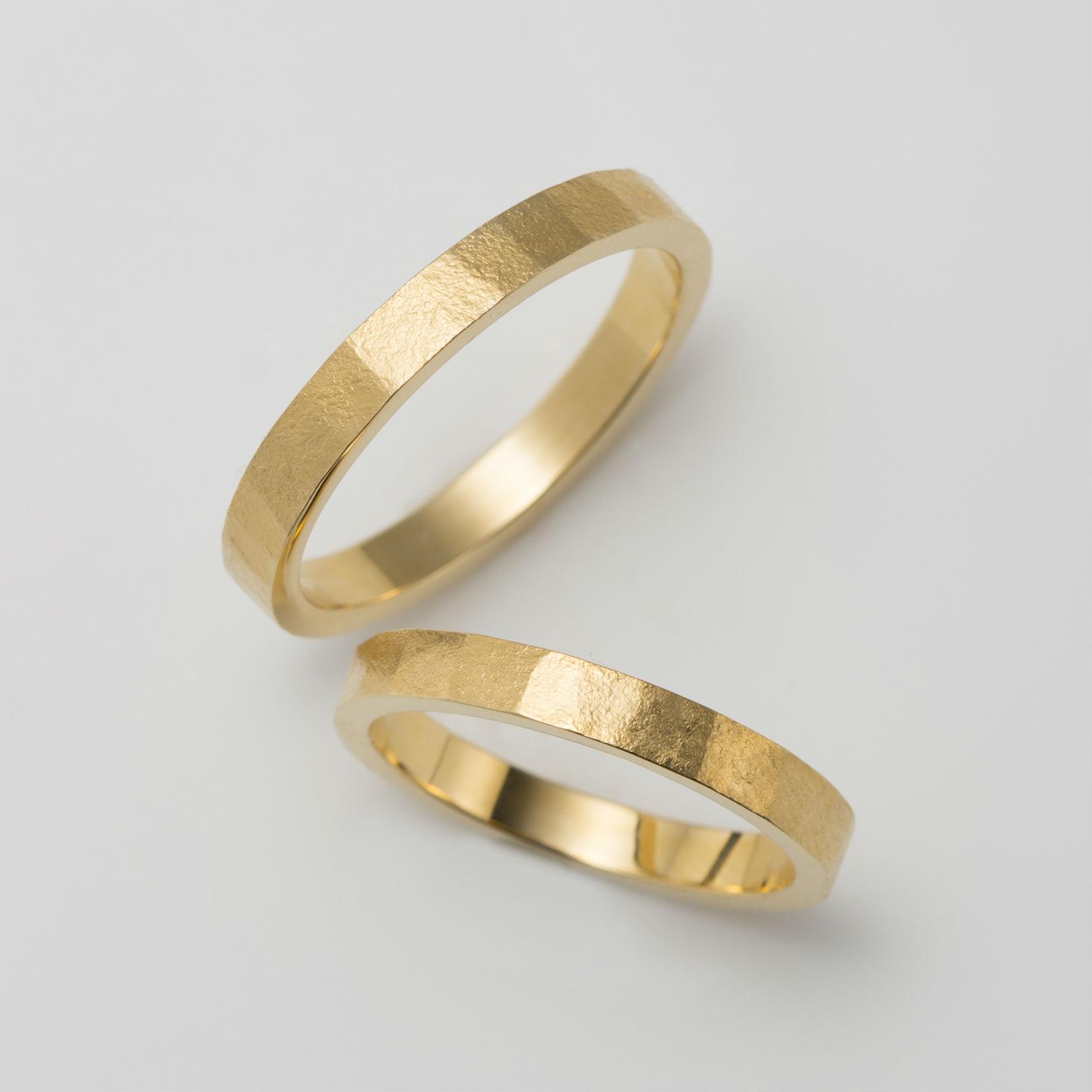 平打ちのイエローゴールドの結婚指輪