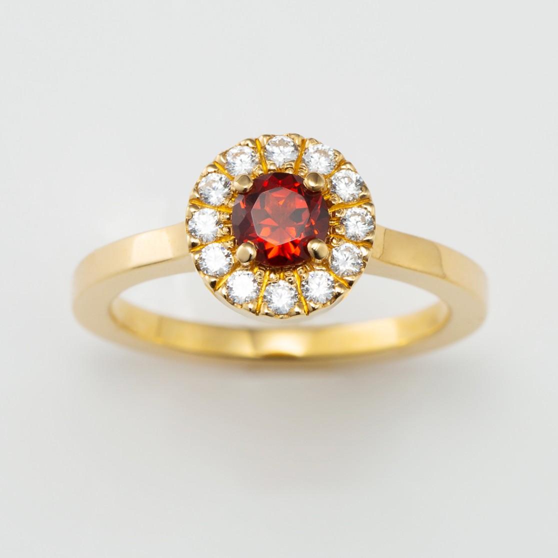 ガーネットが個性的なゴールドのおしゃれな婚約指輪