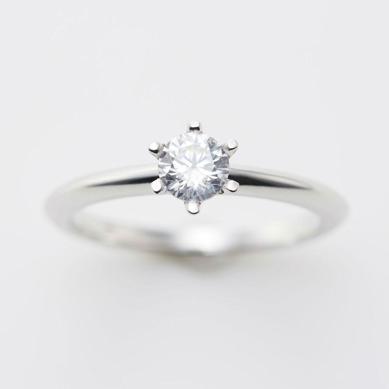 シルエットが美しいソリテールのシンプルな婚約指輪