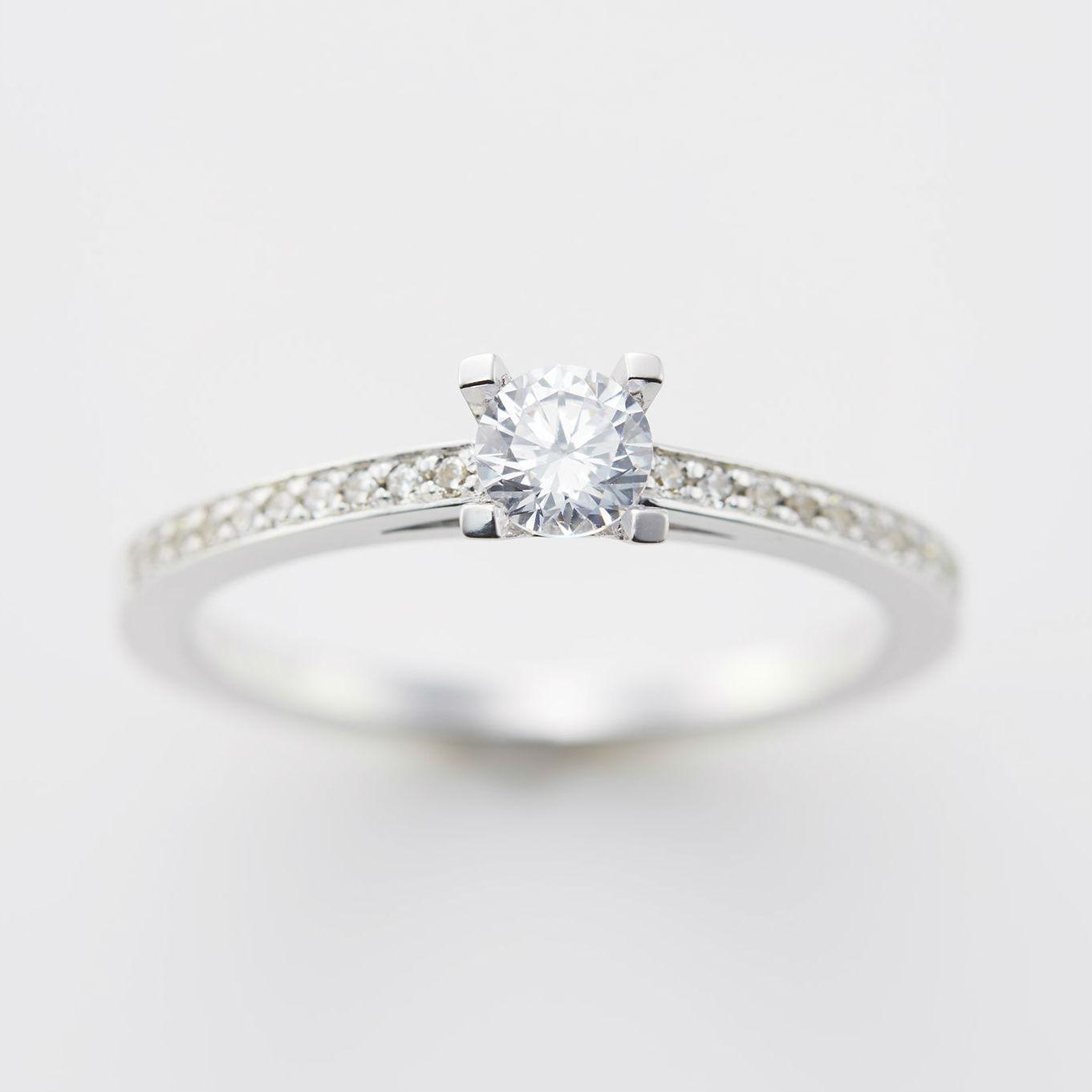 サイドに連なるメレダイヤが華やかなプラチナの婚約指輪