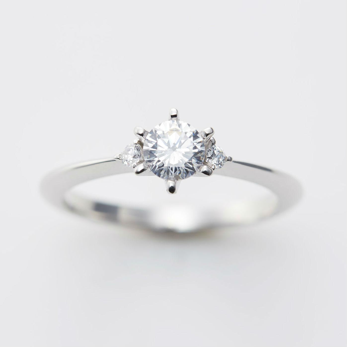 サイドメレをあしらったストレートデザインの婚約指輪