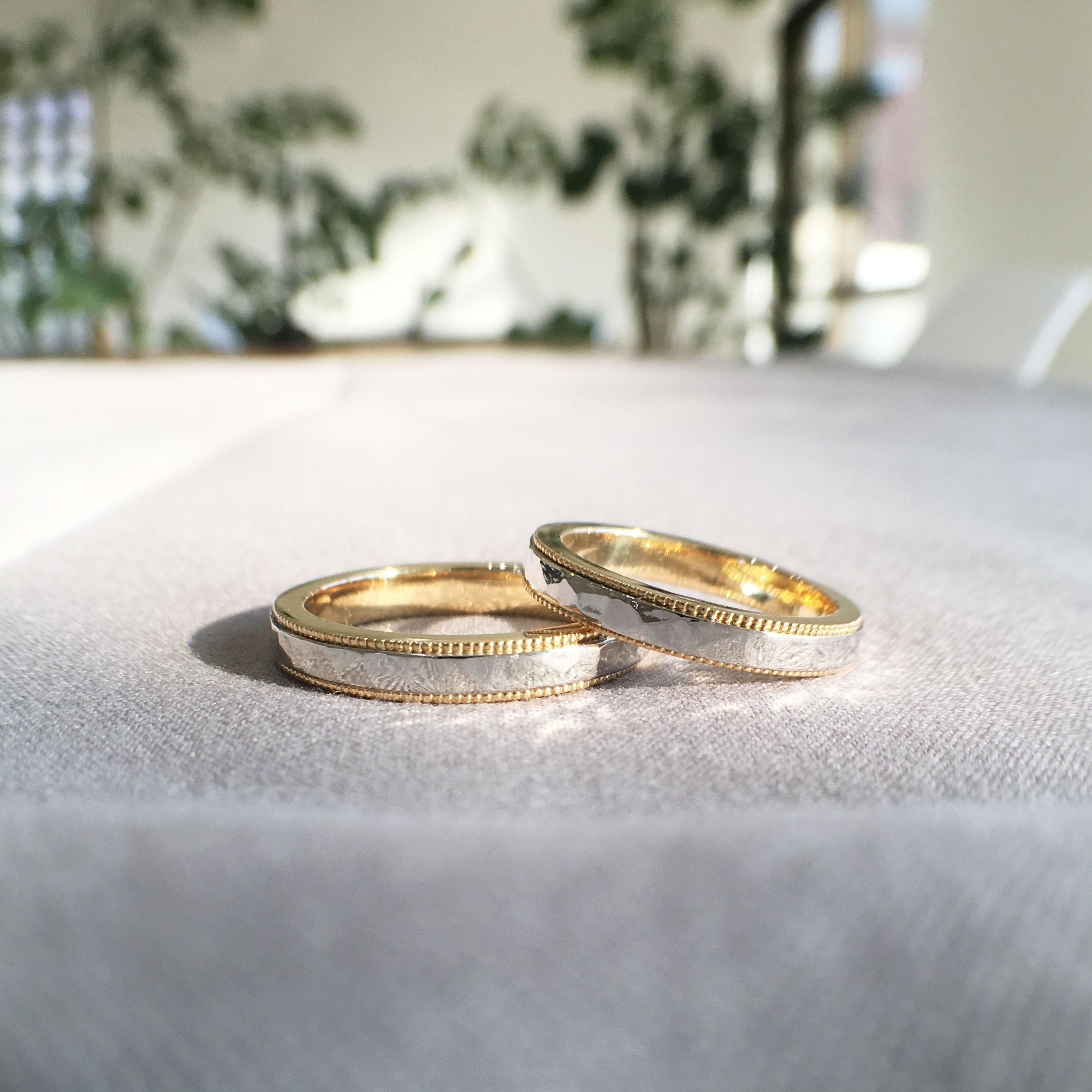 鎚目とミルグレインを施したコンビの結婚指輪