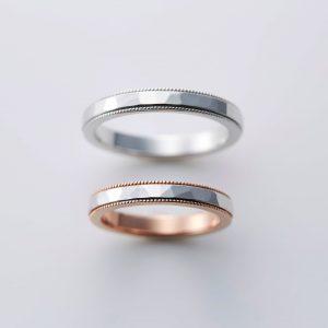 ミルグレインと鎚目を施したコンビの結婚指輪