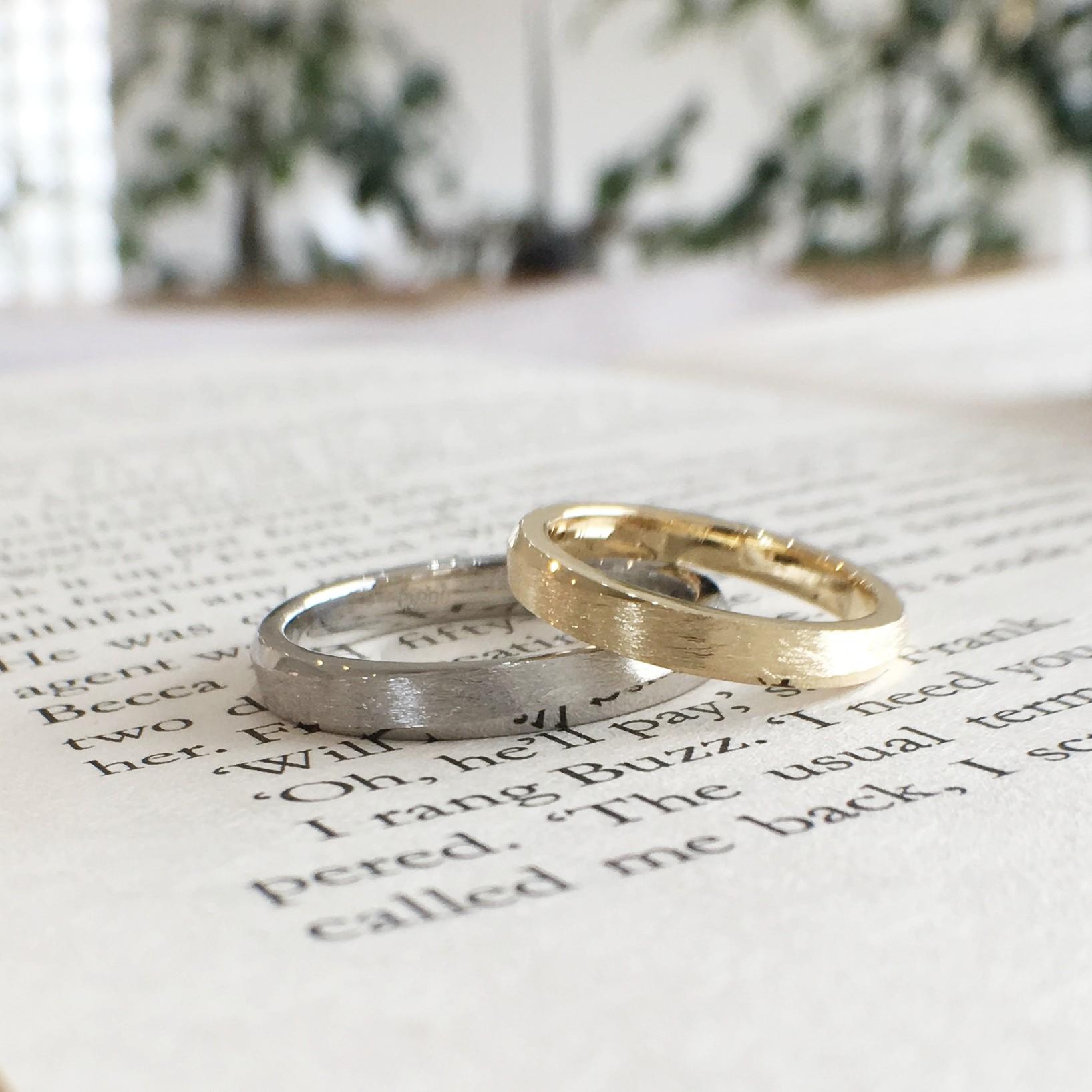 つや消し加工の色違いの結婚指輪