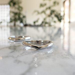 V字デザイン 結婚指輪
