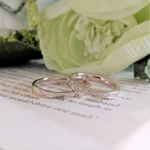 ホワイトゴールドにダイヤモンドが輝く結婚指輪