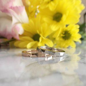 槌目の鏡面仕上げのオーダーメイドの結婚指輪