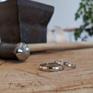 細やかなきらめきが美しい鎚目の結婚指輪