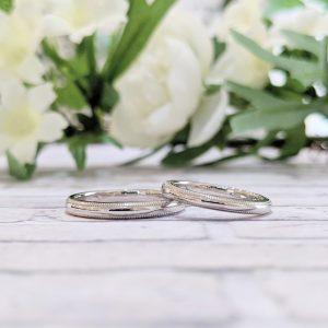 繊細なミルグレインがきらめく結婚指輪