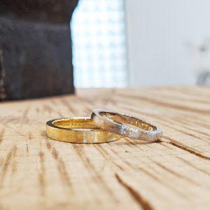 優しい光沢感をもつライン彫りの結婚指輪