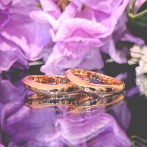 マットと光沢のコントラストが美しい結婚指輪
