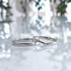 誕生石と合わせた婚約ネックレスとお互いの好みを大切にしたデザイン違いの結婚指輪
