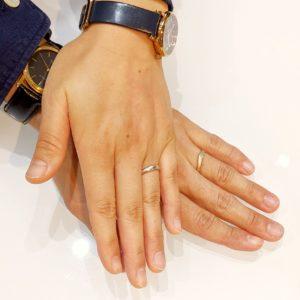 結婚指輪を着けるお客様の手