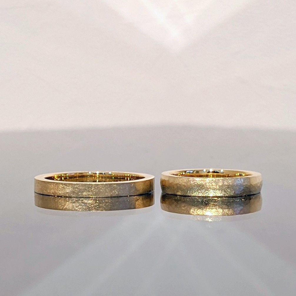 イエローゴールドのマットな結婚指輪