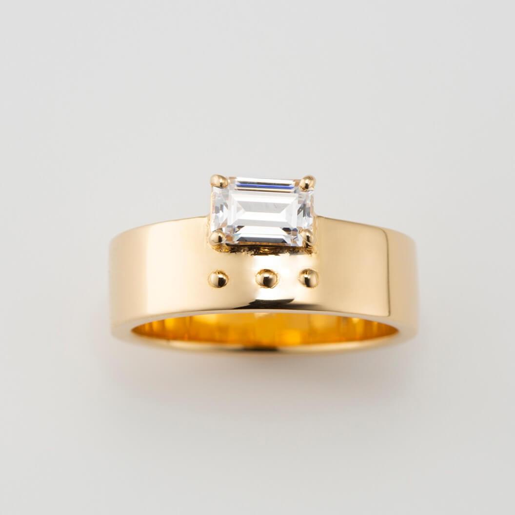 エメラルドカットをあしらった太幅ゴールドの婚約指輪