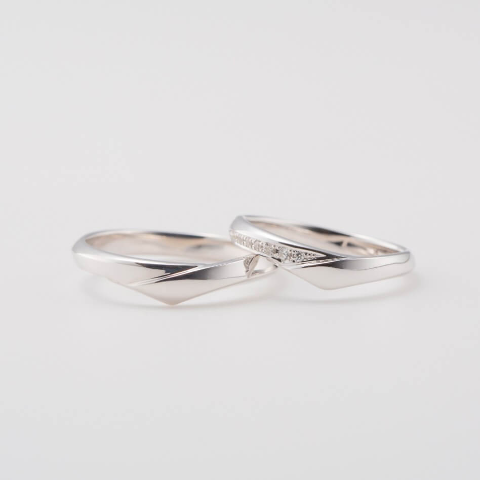 ダイヤモンドをあしらったV字の結婚指輪