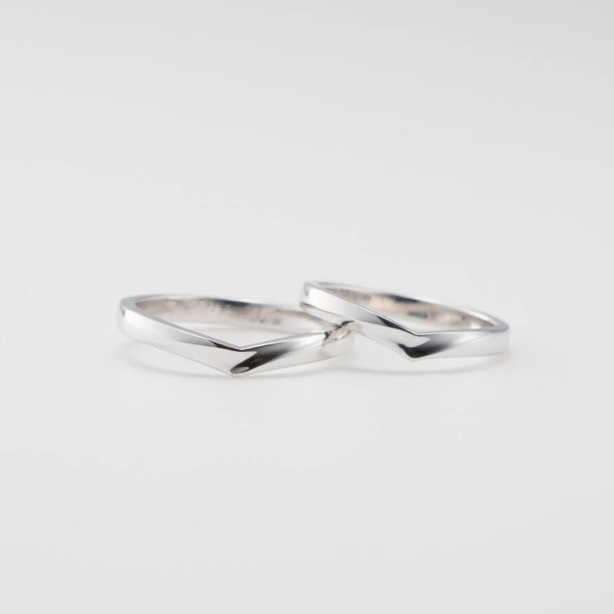 太幅のV字の結婚指輪