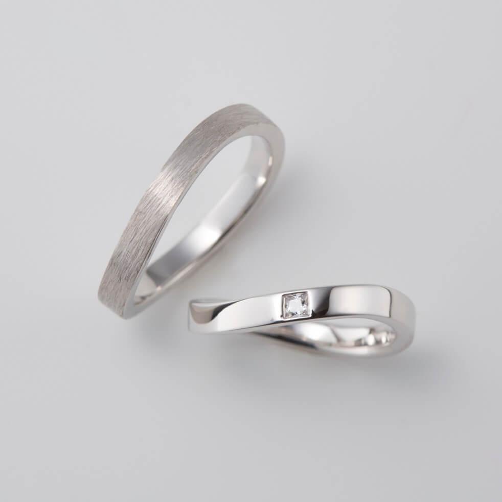 プリンセスカットのダイヤをあしらった結婚指輪