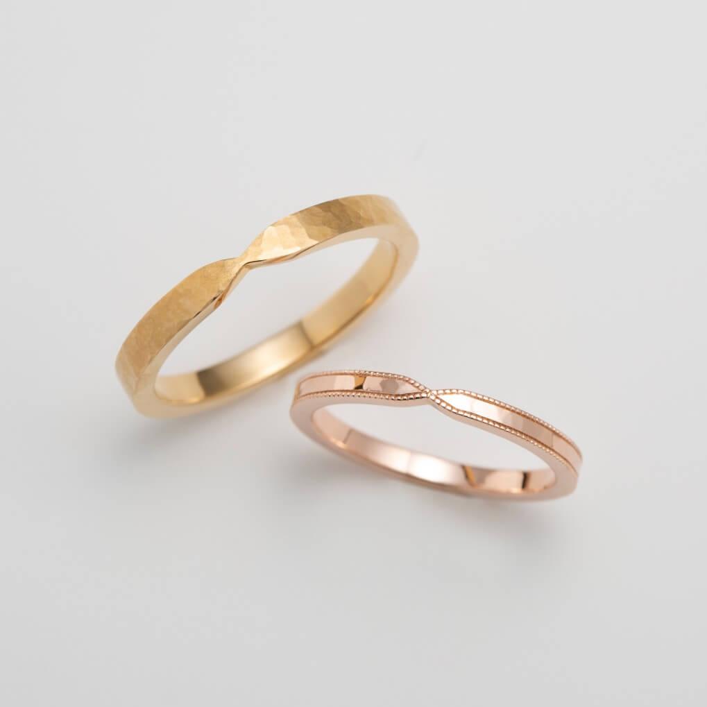 リボンデザインのピンクゴールドの結婚指輪