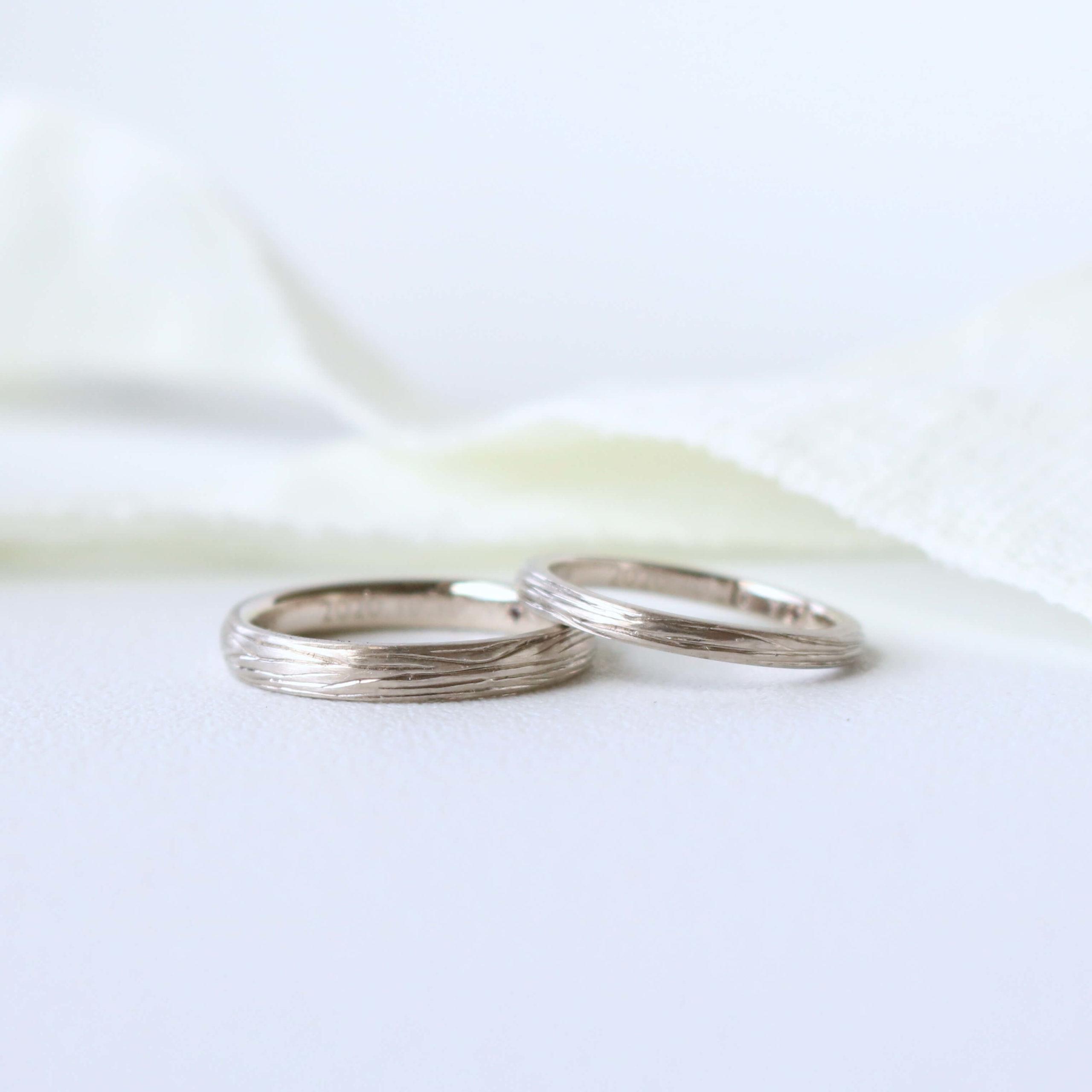 彫り模様を施した結婚指輪
