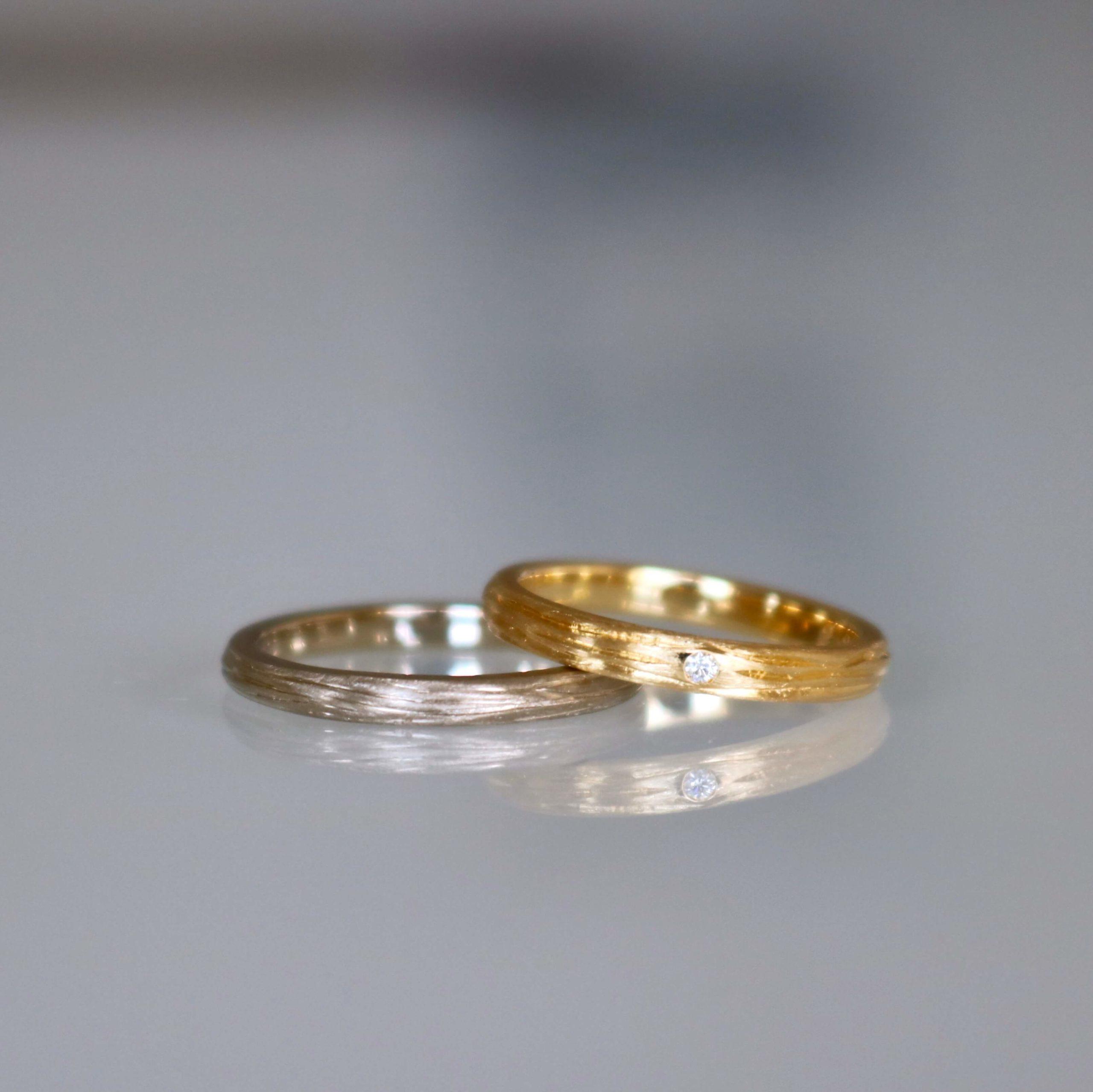 温もり感じる木の彫りの結婚指輪