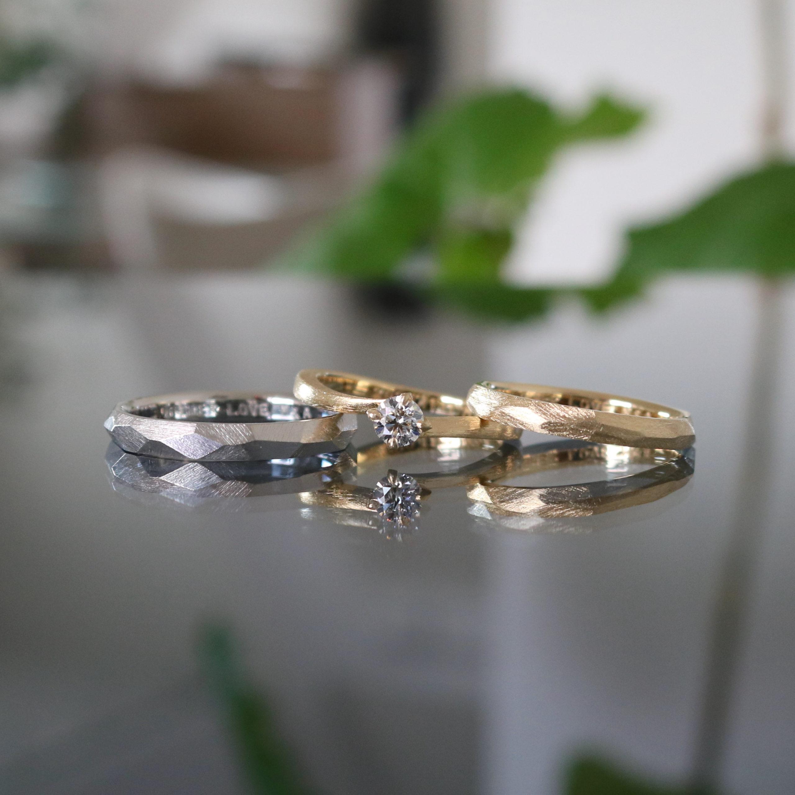色違いでお揃いにした結婚指輪と、重ね付けを大切にされたアンティークな印象の婚約指輪
