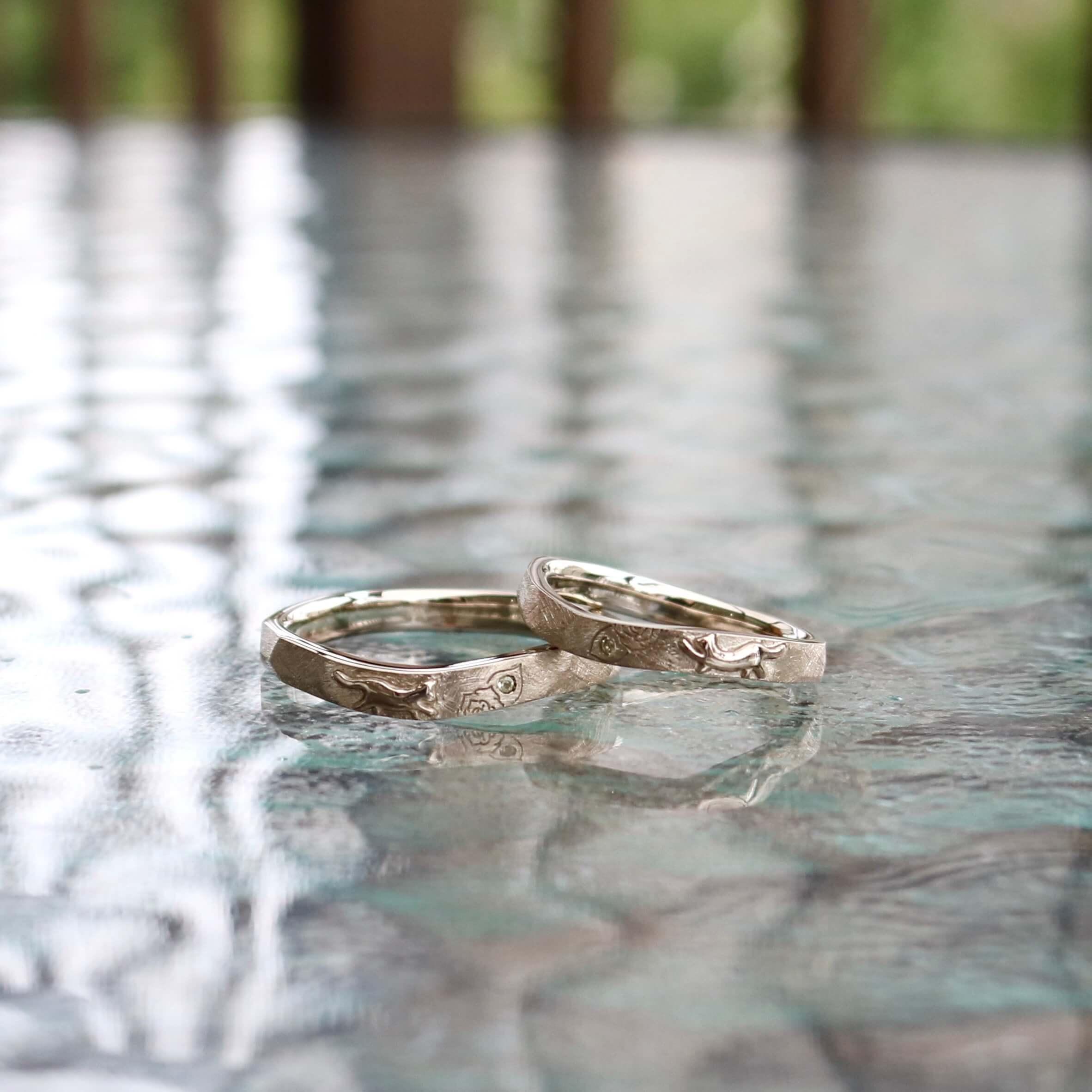 ぷっくりネコのシルエットと重ねることで完成する一輪のバラの結婚指輪