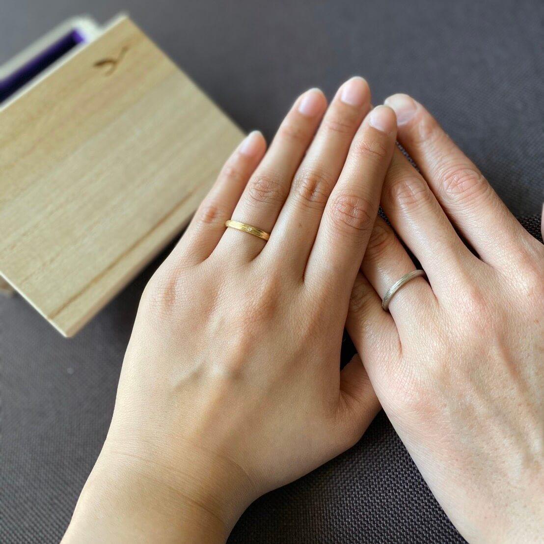ぴったりのサイズの結婚指輪を着けたお客様の手