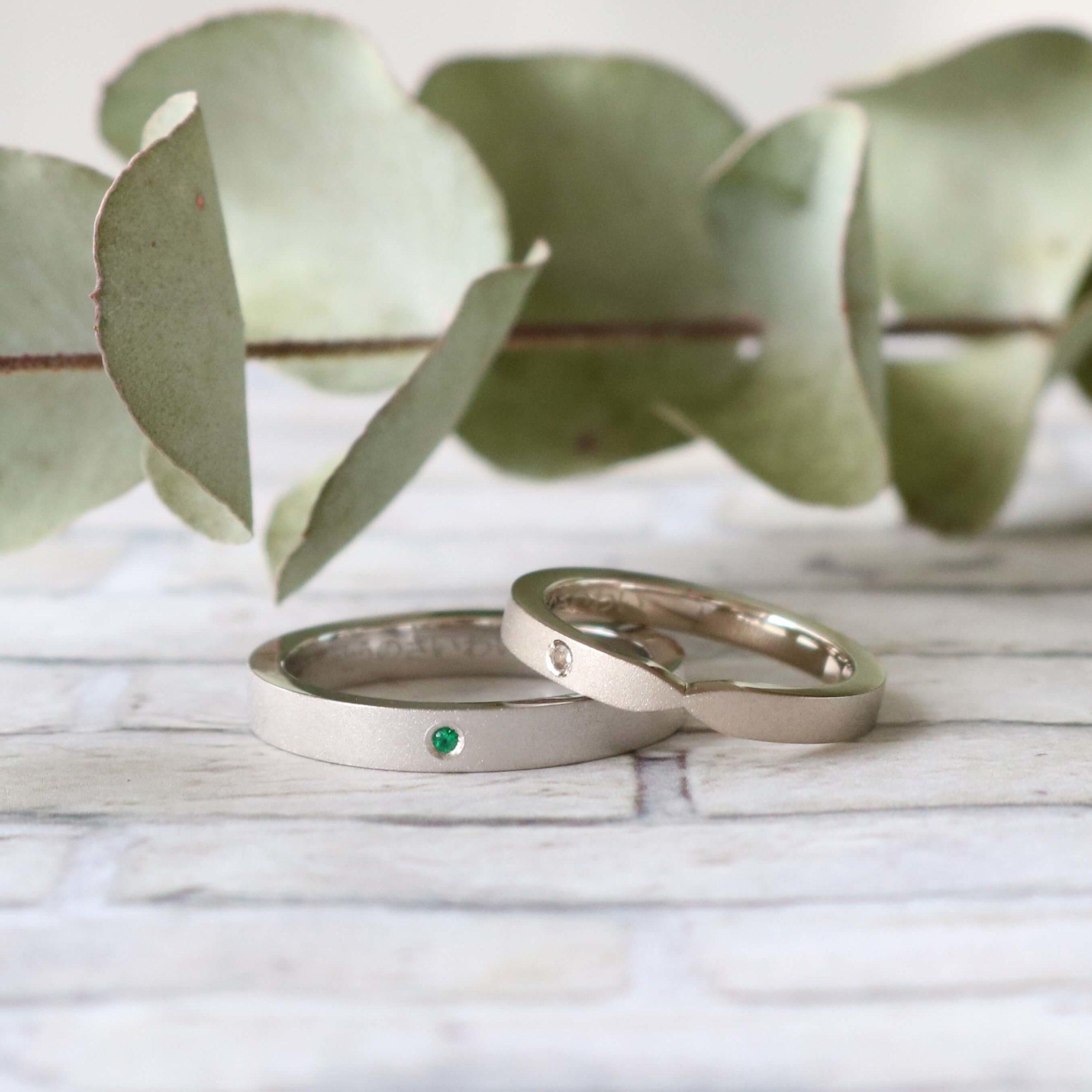 マット加工を合わせて色石でアクセントを加えた結婚指輪