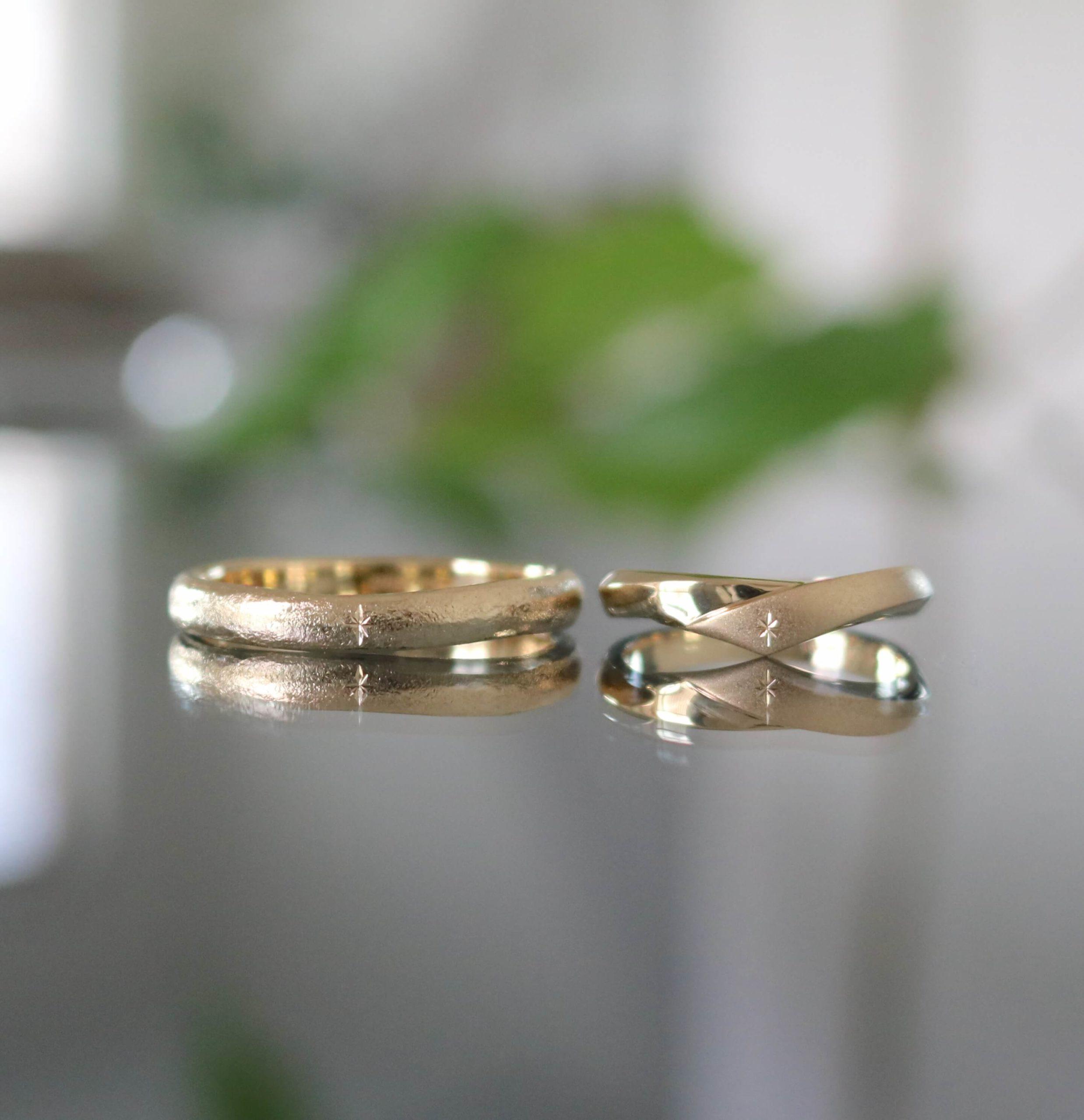 彫り模様をお揃いで施した、アンティークな印象の結婚指輪