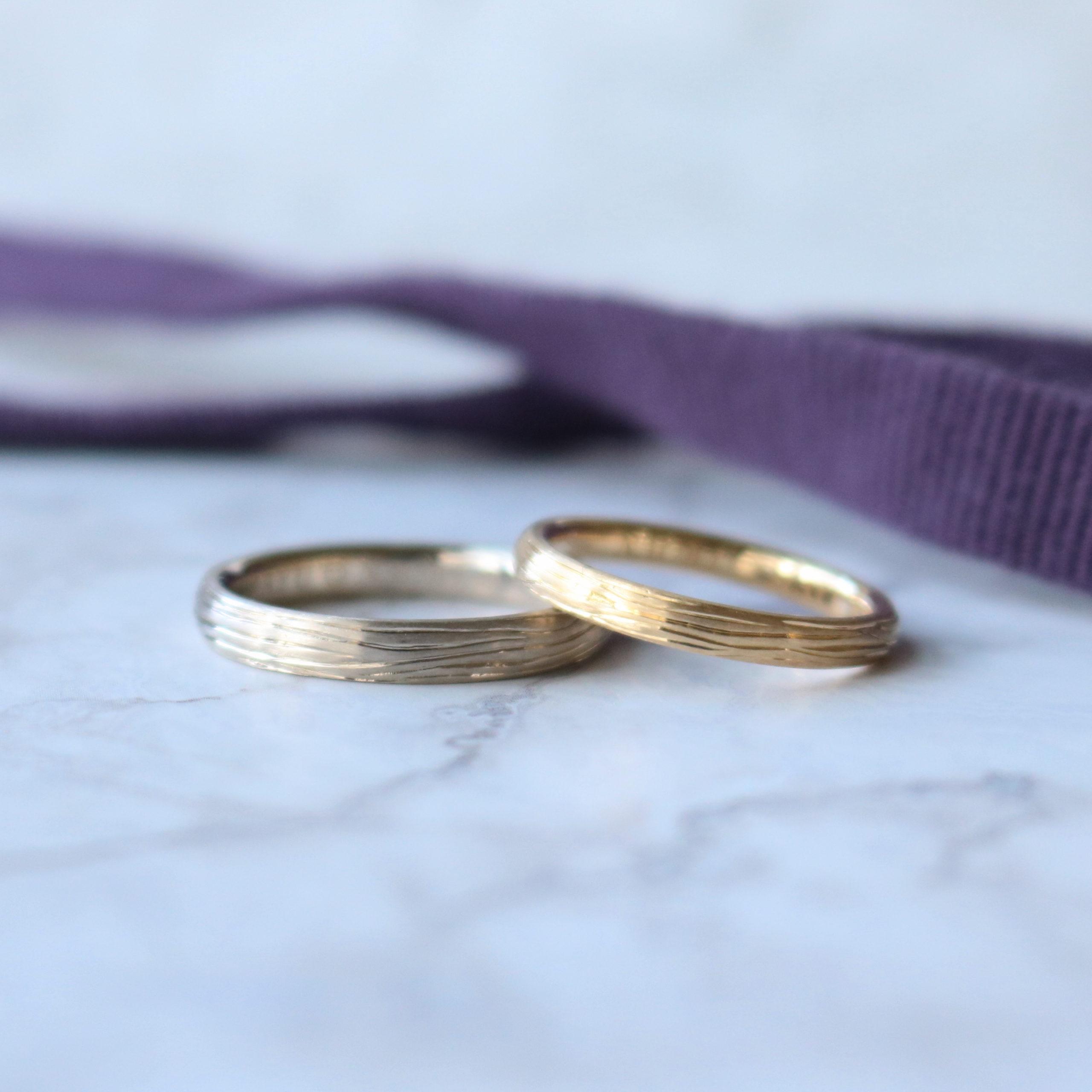 木の彫り模様を施した色違いの結婚指輪
