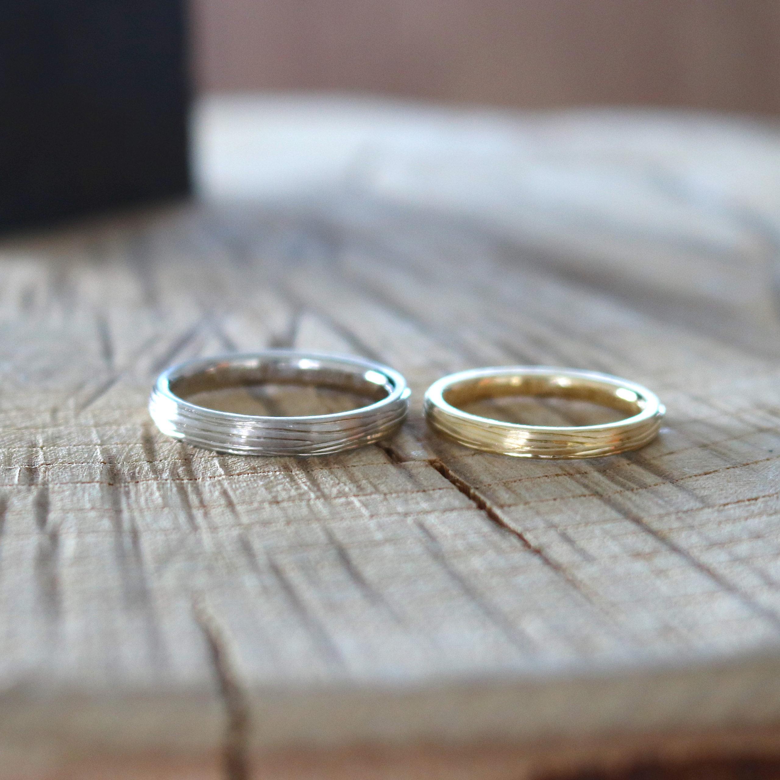 木の彫り模様の結婚指輪