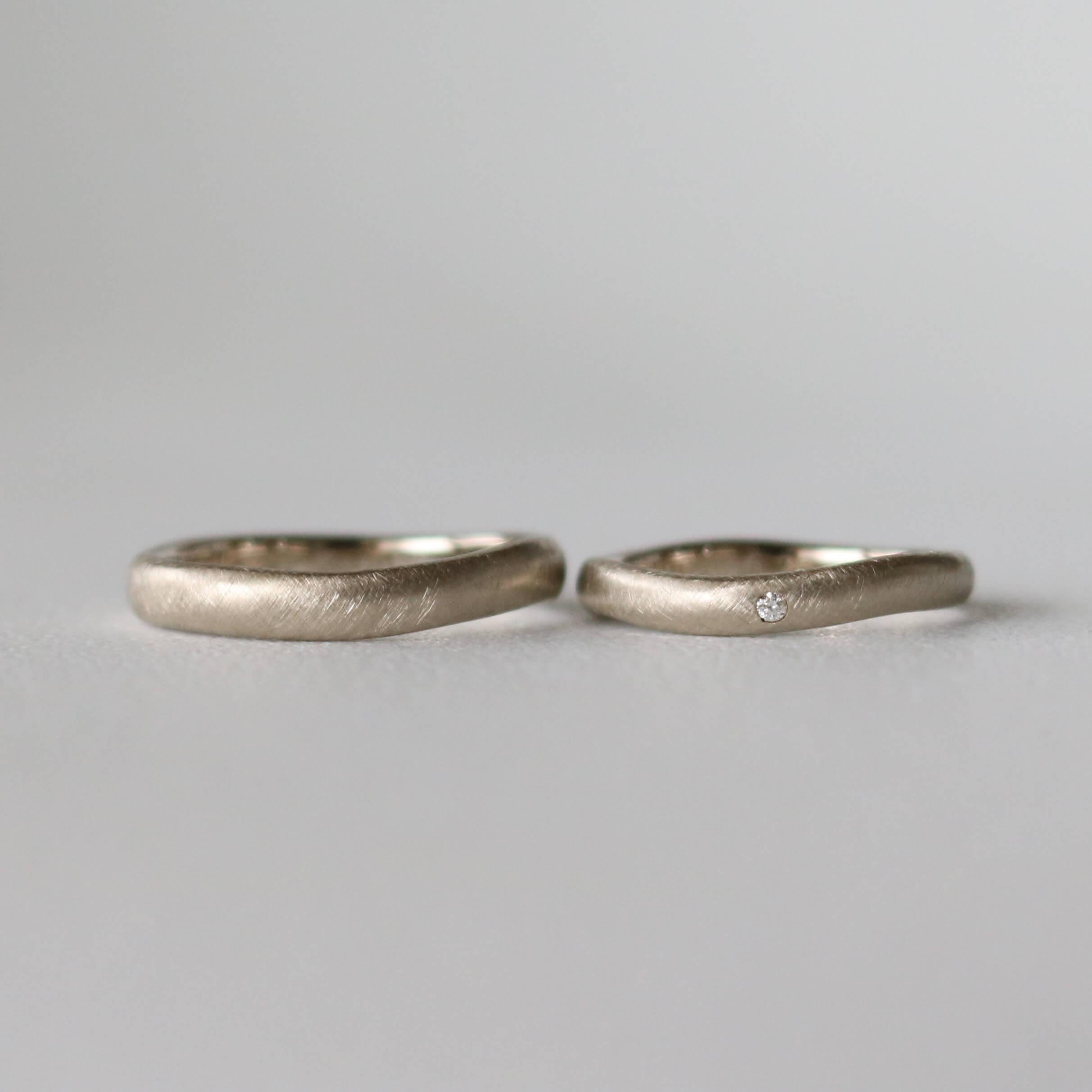 曇形フォルムのホワイトゴールドの結婚指輪