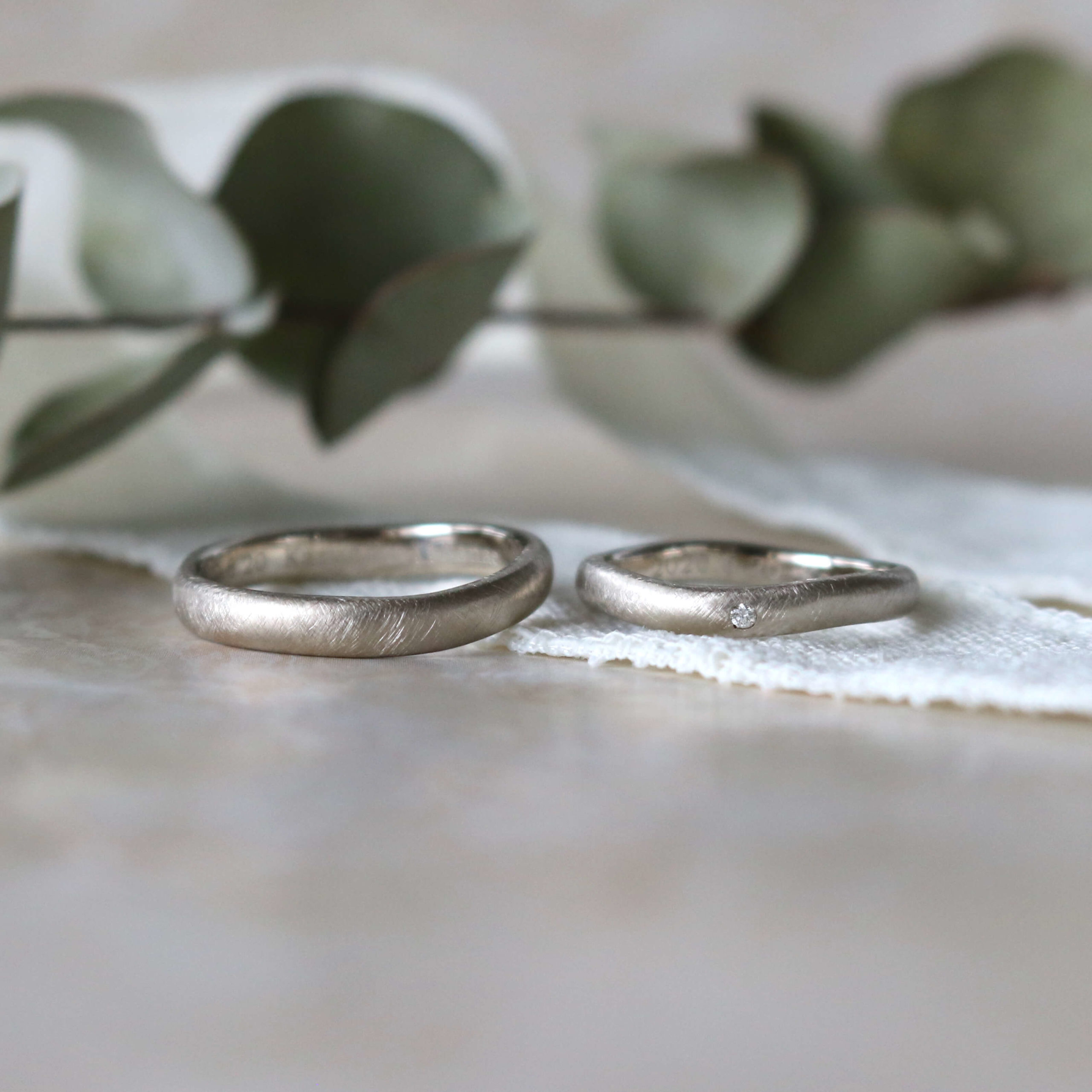 ホワイトゴールドのマットな結婚指輪