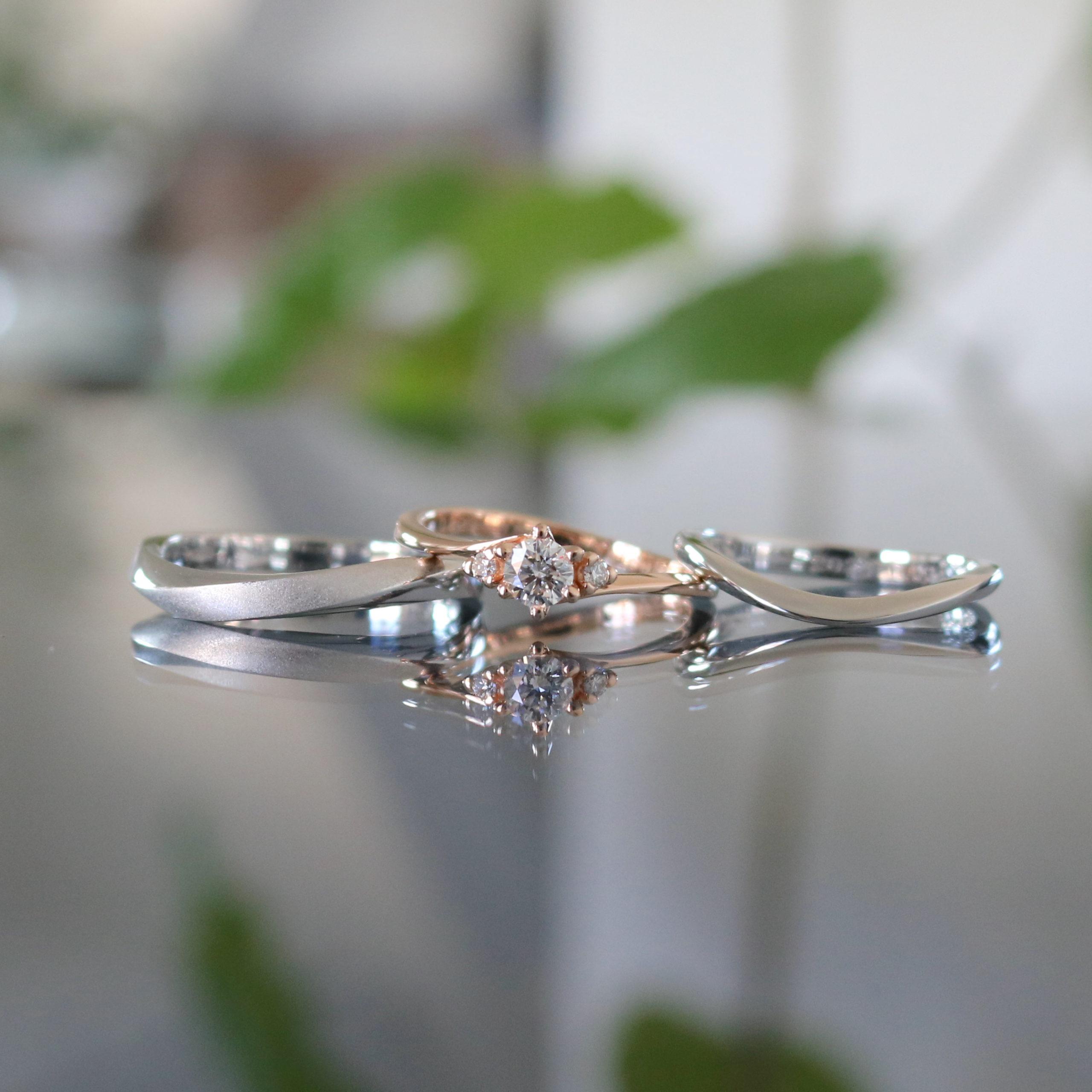 カーブの形状でお揃いにした結婚指輪と、重ね付けを大切にした婚約指輪