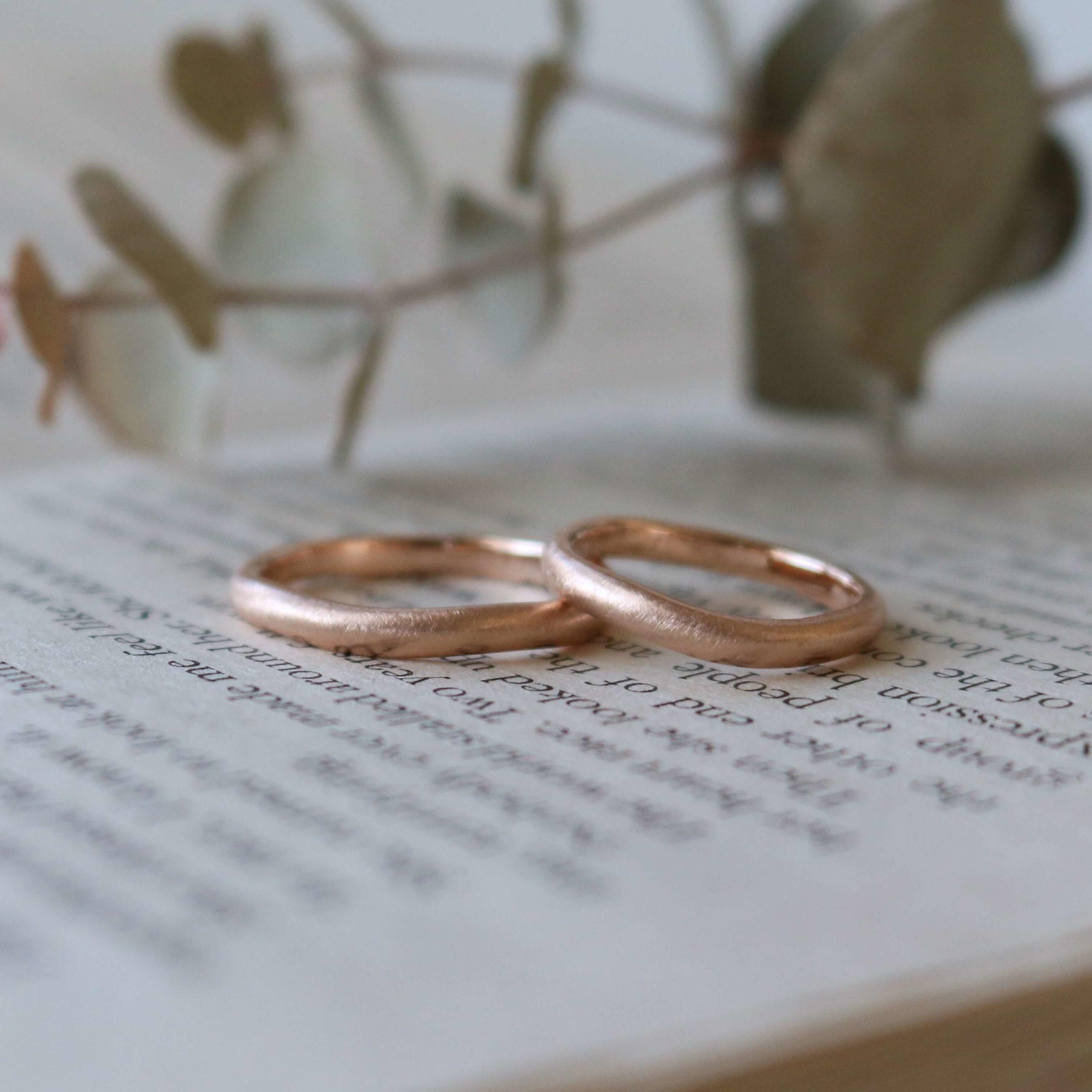 ゆらゆらとした雲形の結婚指輪と、アンティークな印象の婚約ネックレス