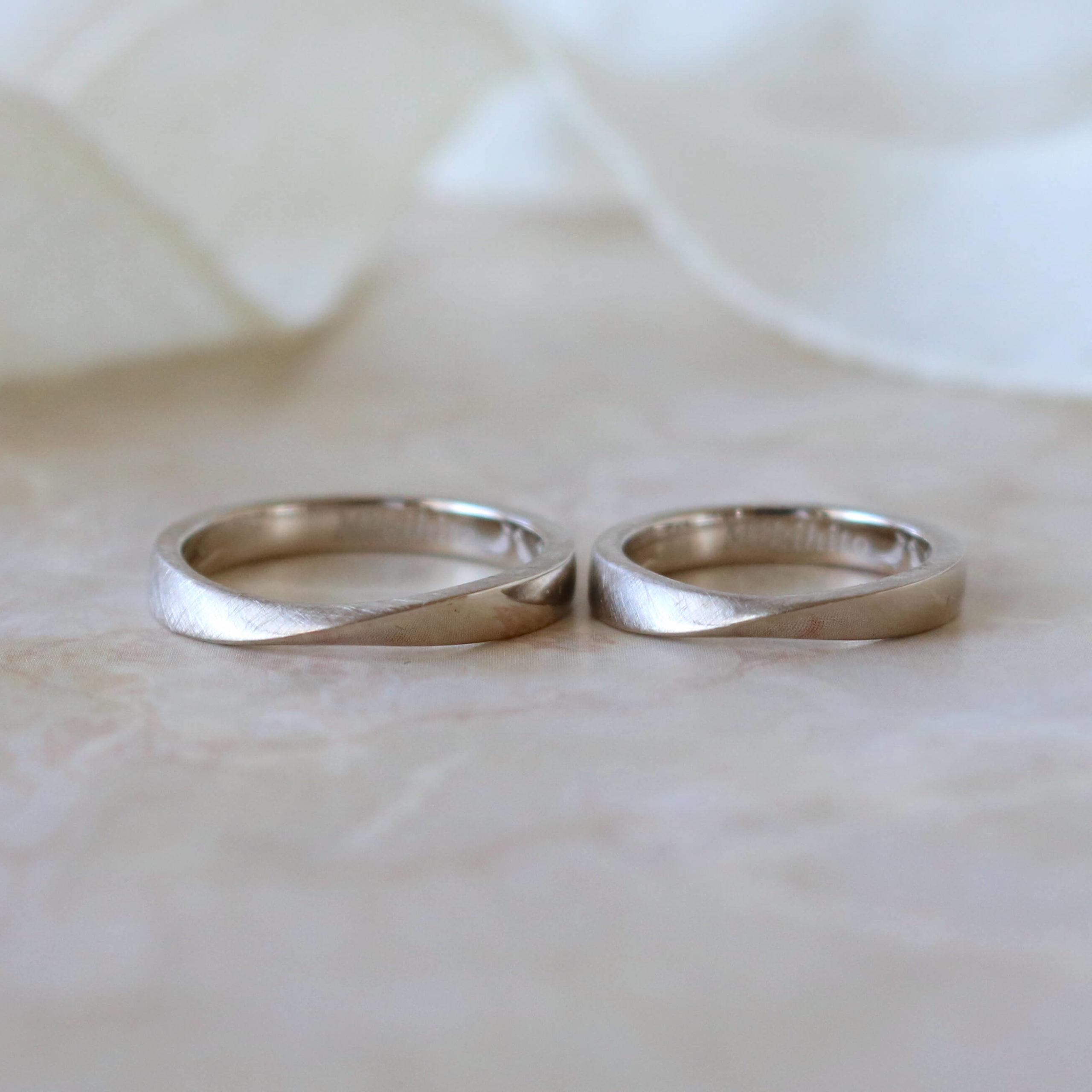 マット加工による表情の変化と、内側の刻印にもこだわった結婚指輪