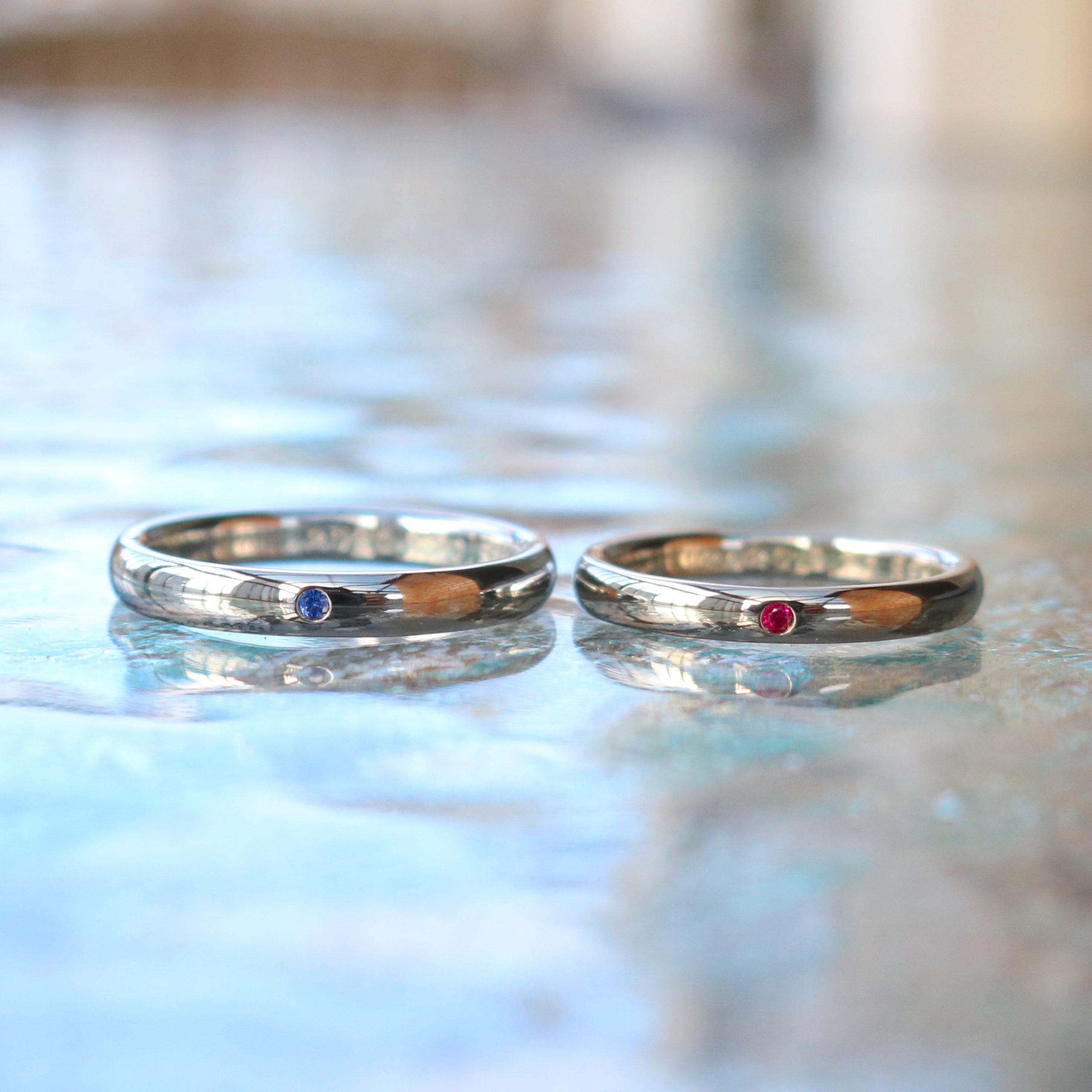 誕生石がワンポイントとして個性的に輝く結婚指輪