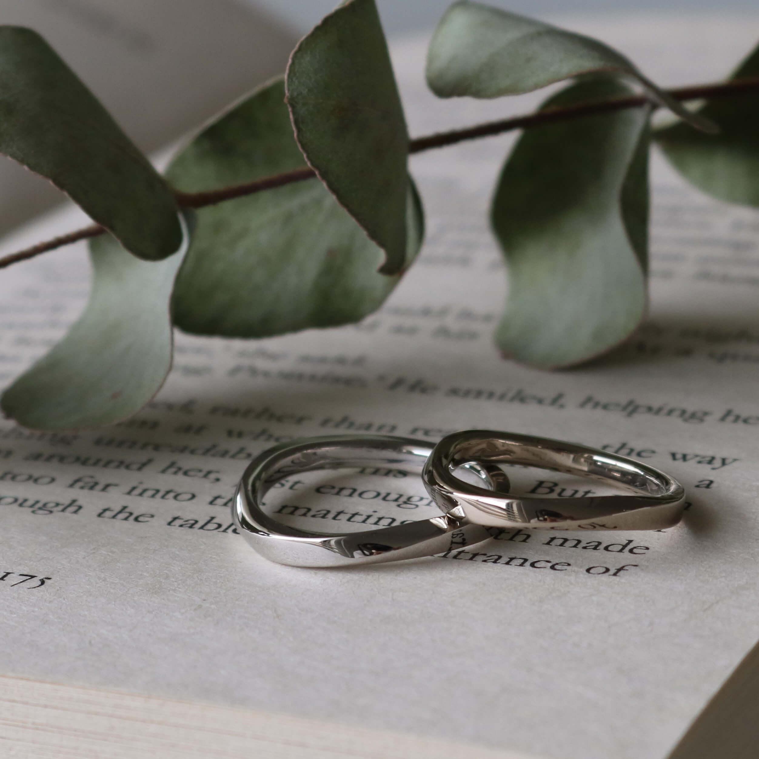 ひねりのカーブが美しい光沢の結婚指輪