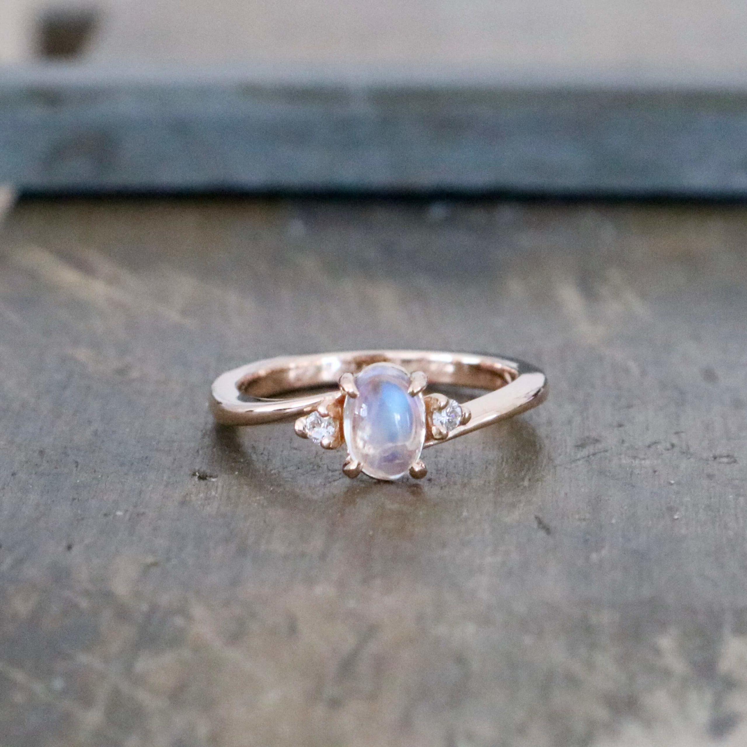 月と星がきらめく夜空をイメージしたムーンストーンの婚約指輪