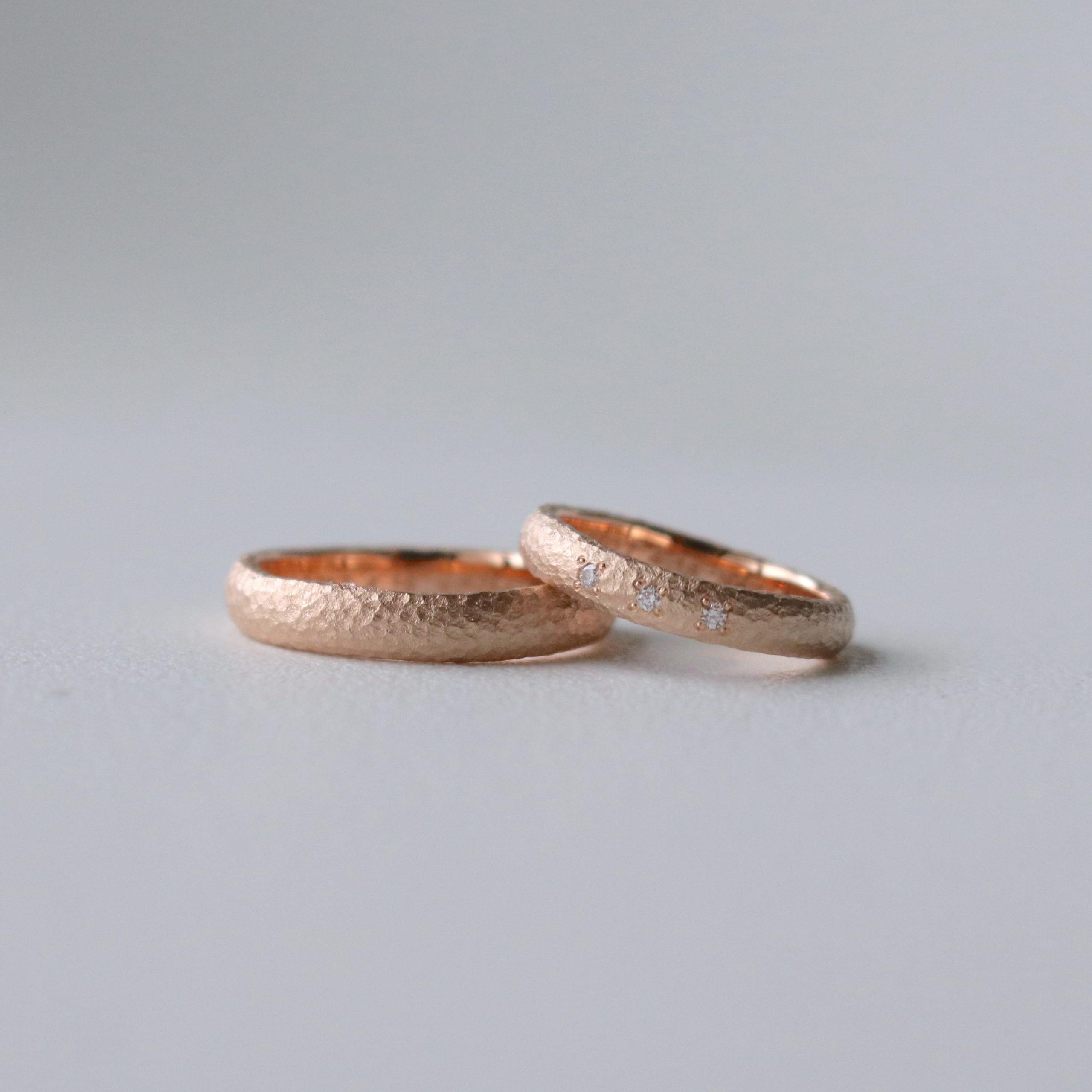 雲形に鎚目を施した、手作りの暖かみあるピンクゴールドの結婚指輪