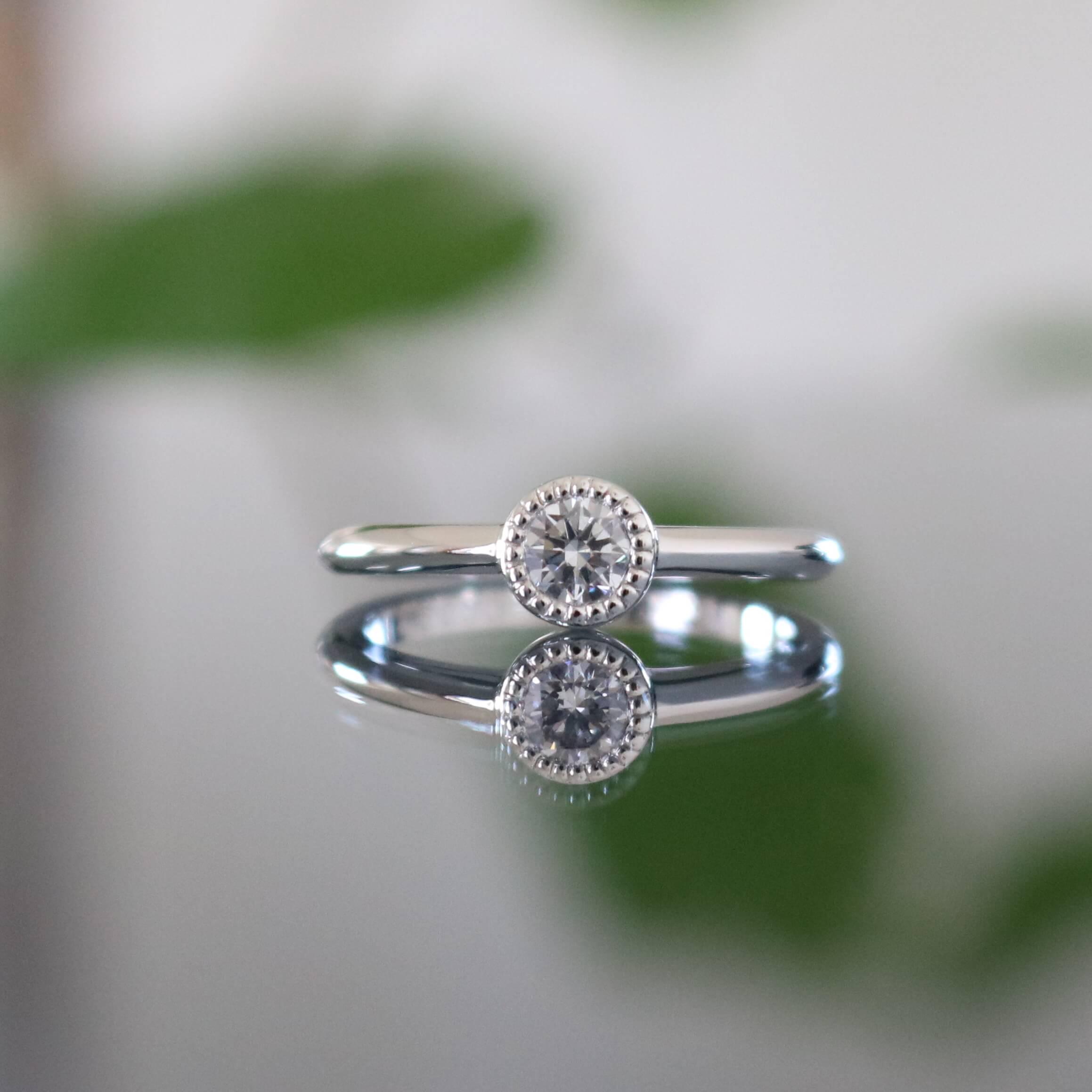 ダイヤモンドをあしらった婚約指輪