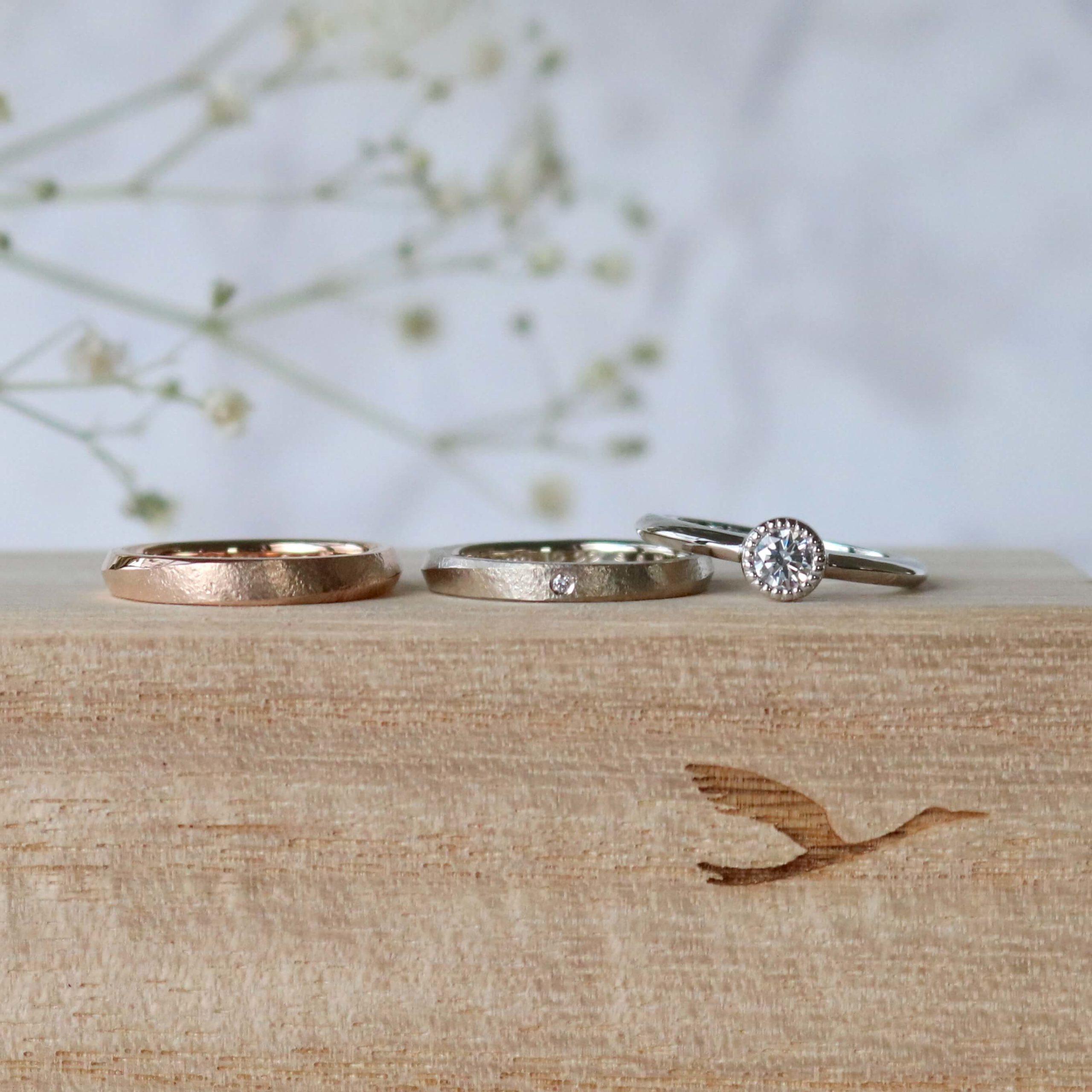 アンティークな印象の婚約指輪と、お揃いにこだわった結婚指輪