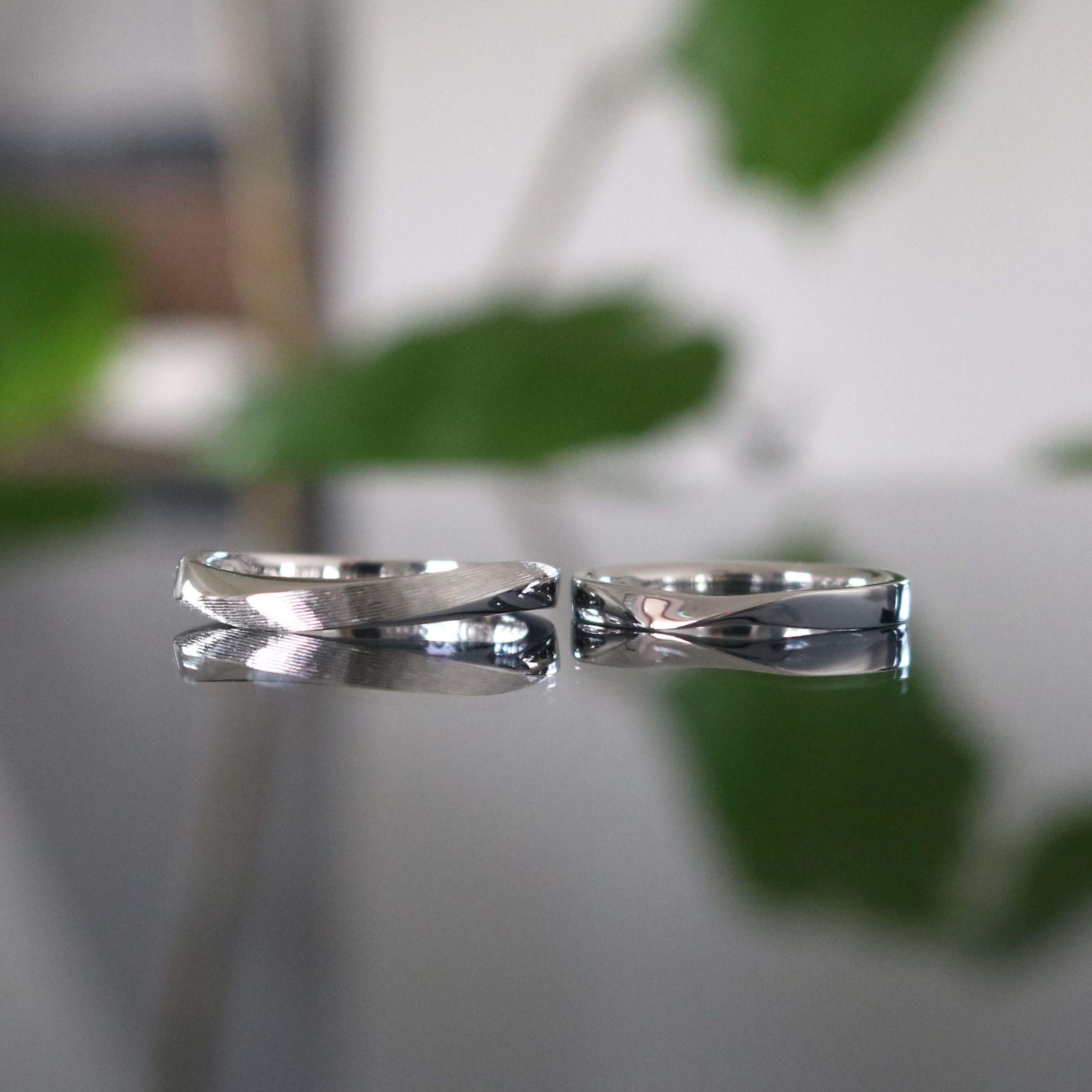 お互いのこだわりを大切に、ひねりのフォルムでお揃いにした結婚指輪