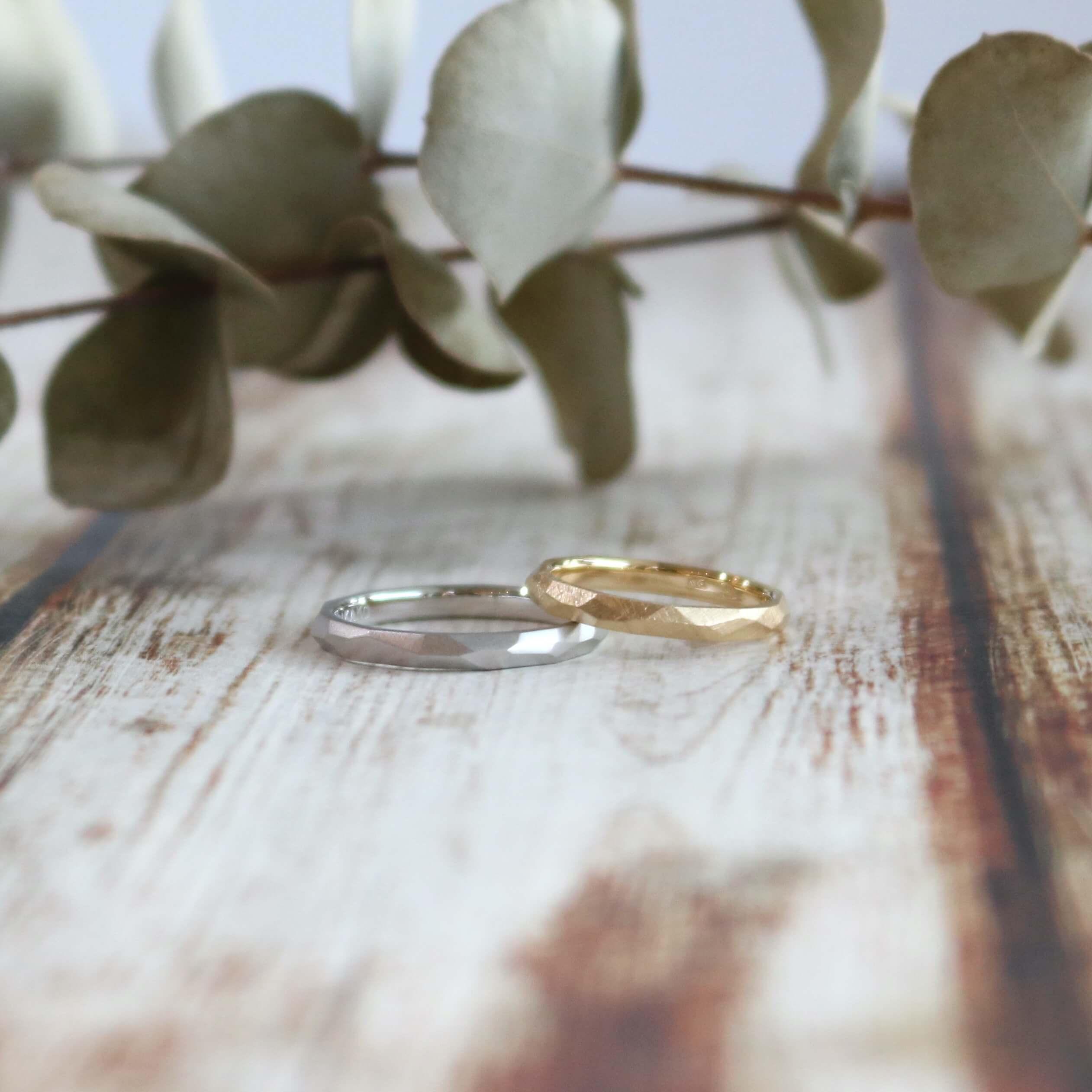 マットな多面体の結婚指輪