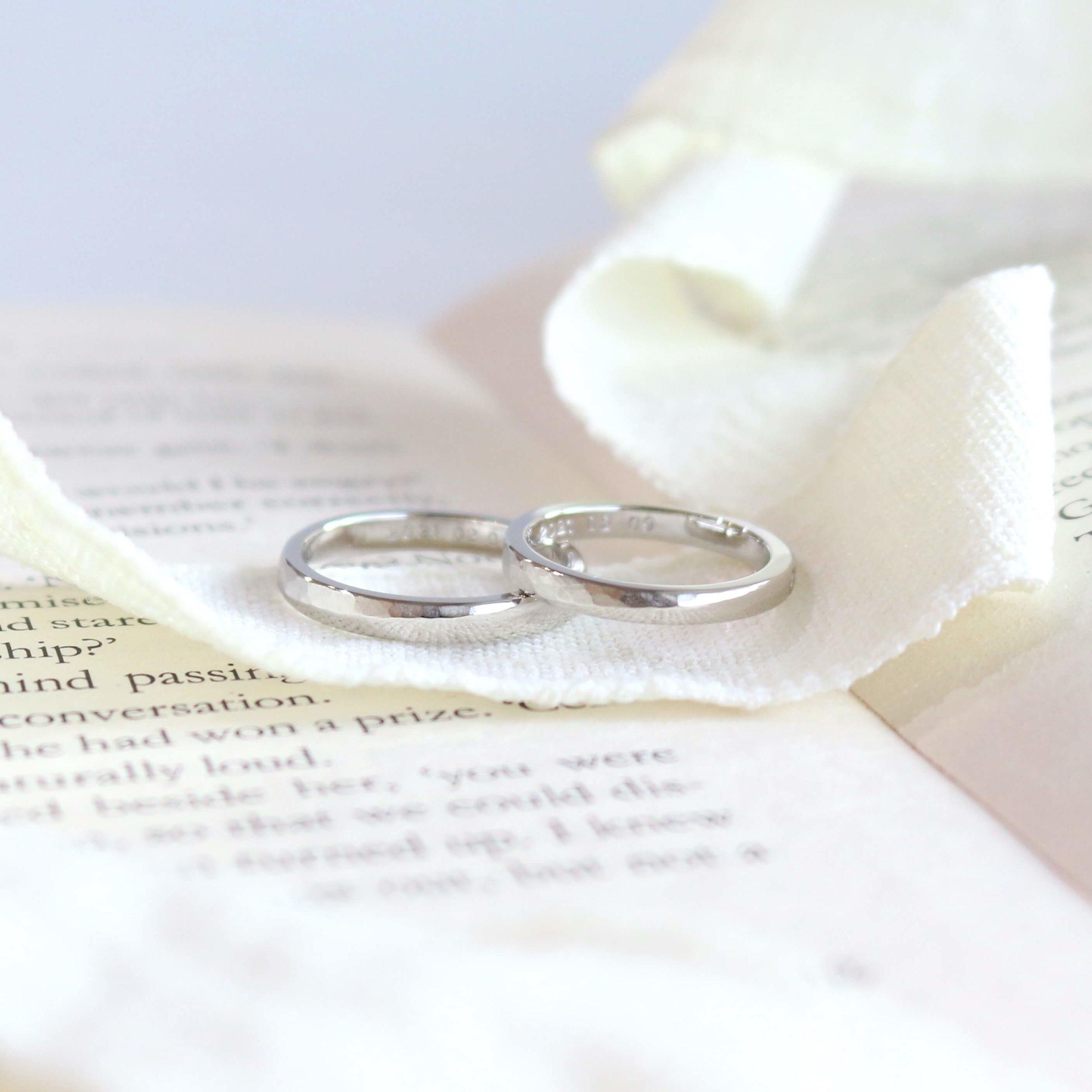 半剣腕に鎚目を施した結婚指輪