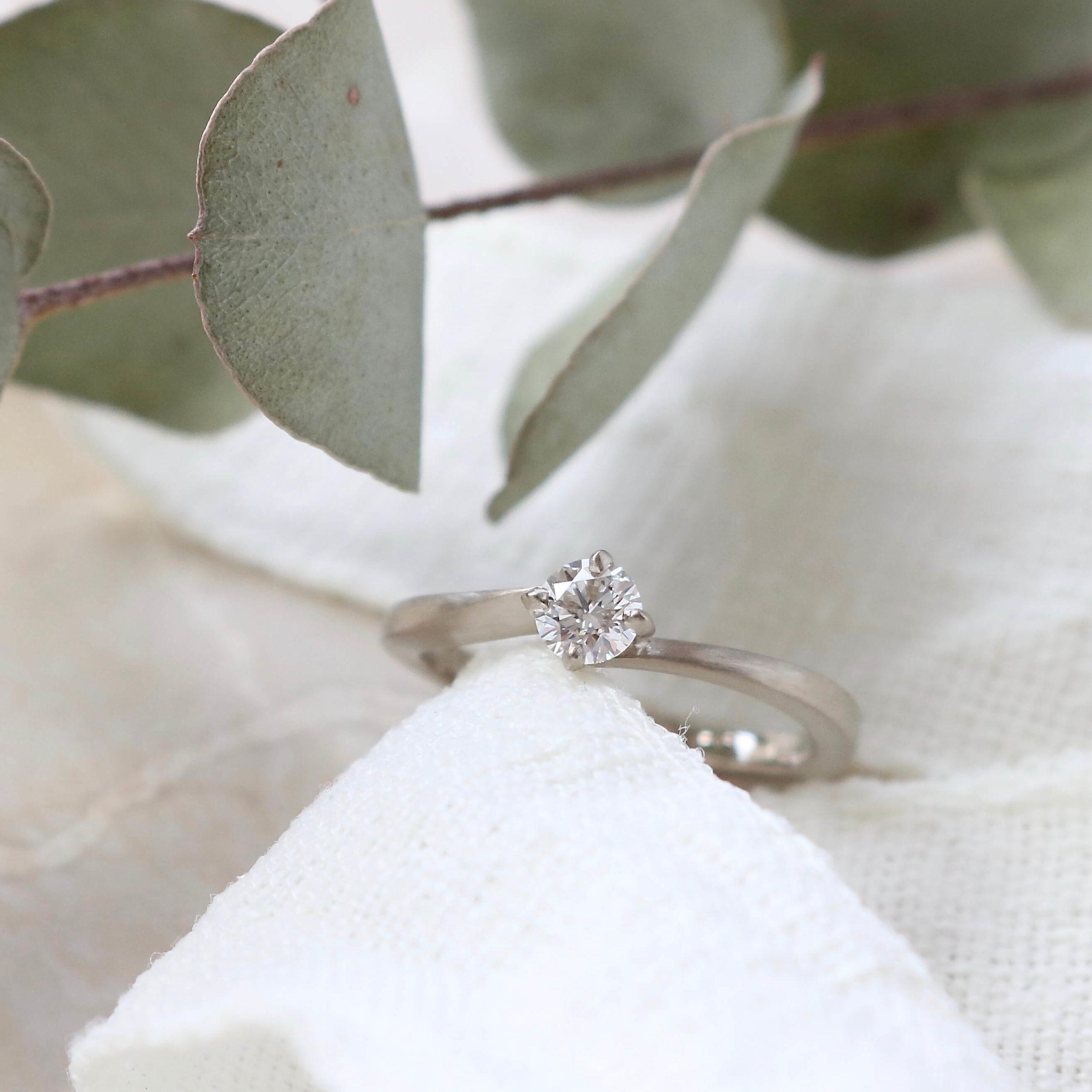 ホワイトゴールドのマットなソリテールの婚約指輪