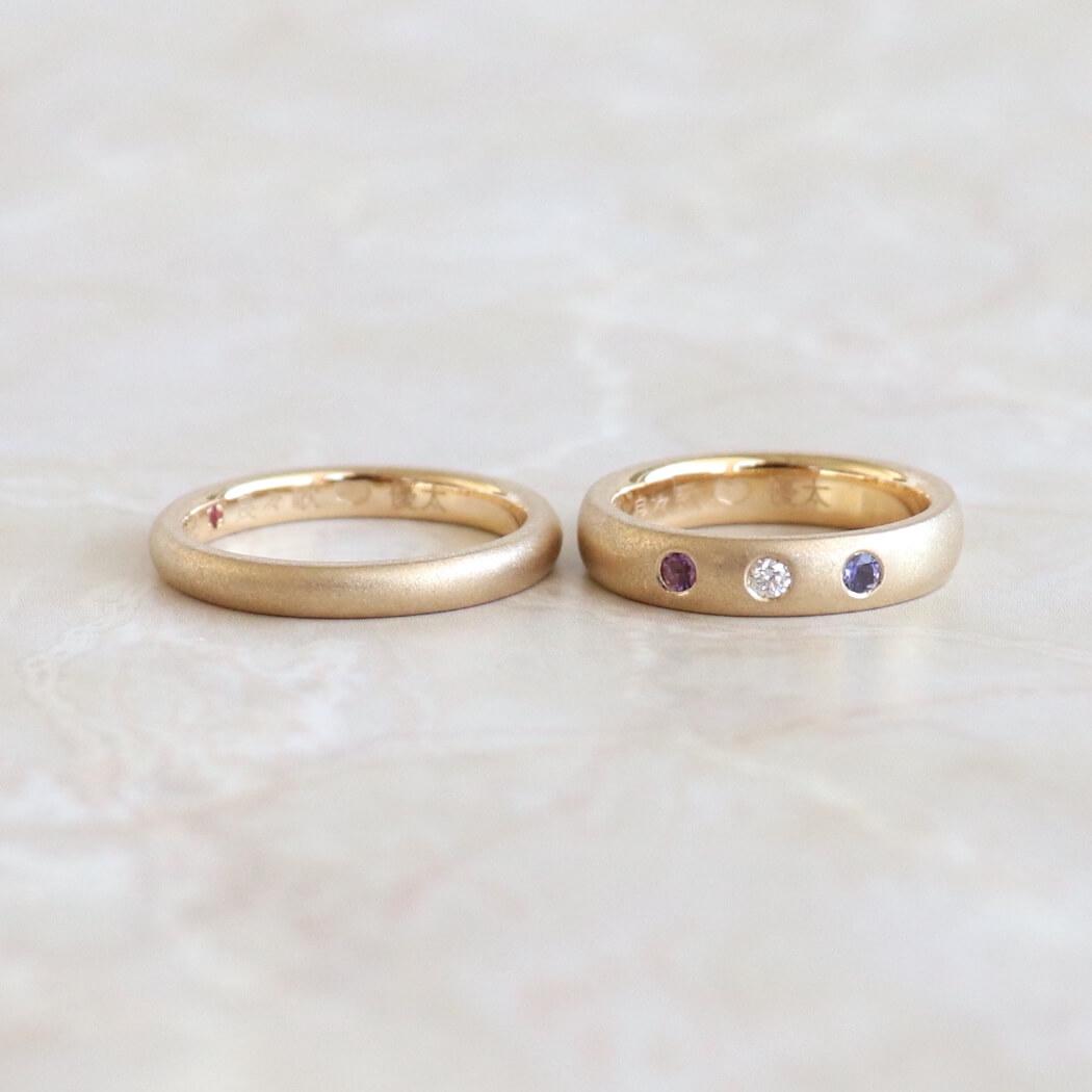 アイオライトとアメシストとダイヤモンドを留めたゴールドの結婚指輪