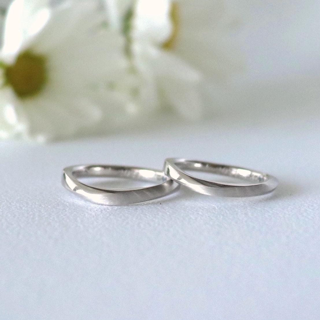 s字のマットな結婚指輪